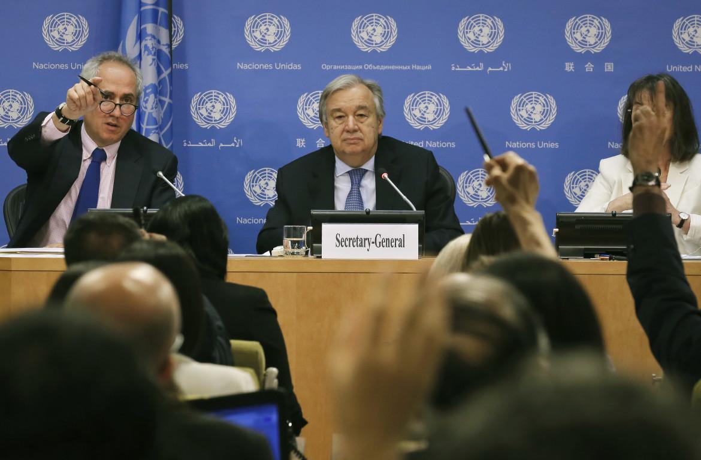 Il segretario generale delle Nazioni unite António Guterres con il suo portavoce Stéphane Dujarric durante una conferenza stampa