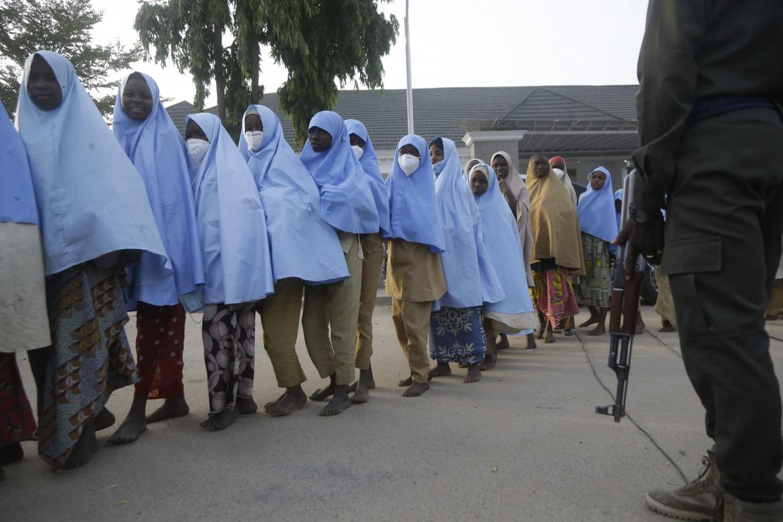 Alcune delle ragazze rapite venerdì scorso nel dormitorio di una scuola nello stato di Zamfara dopo la loro liberazione