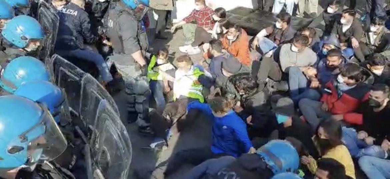 La polizia cerca di sgomberare il presidio operaio
