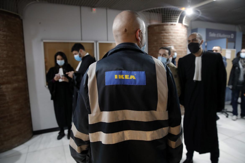 Un dipendente Ikea accompagnato dagli avvocati arriva al tribunale di Versailles