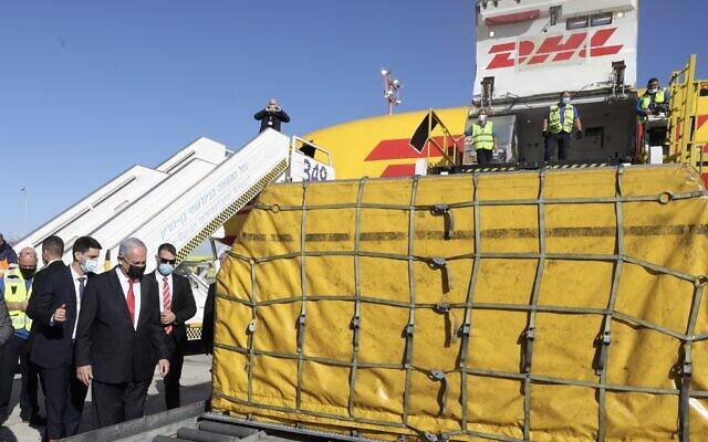 Il premier Netanyahu all'arrivo il 9 dicembre della prima spedizione di vaccini Pfizer