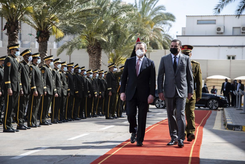 Mario Draghi accolto a Tripoli dal primo ministro del governo di unità libico Abdul Hamid Dabaiba