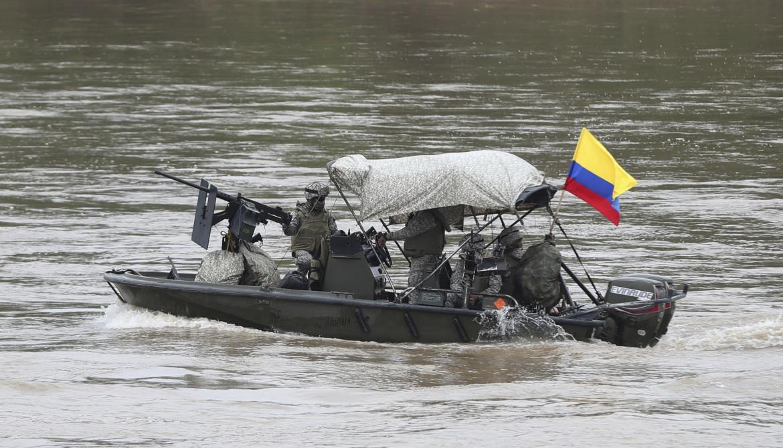 Gommone dell'esercito colombiano pattuglia il fiume Arauca, che scorre tra Colombia e Venezuela
