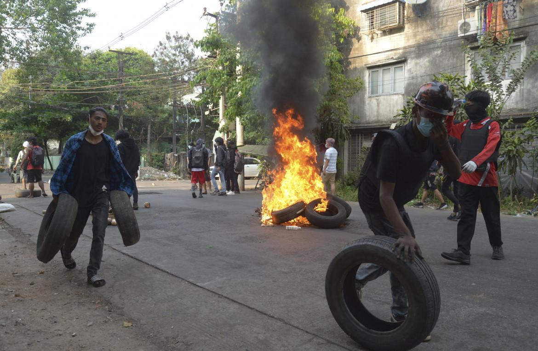 Yangon, 1 aprile, i manifestanti si preparano agli scontri con la polizia nella township di Tarmwe