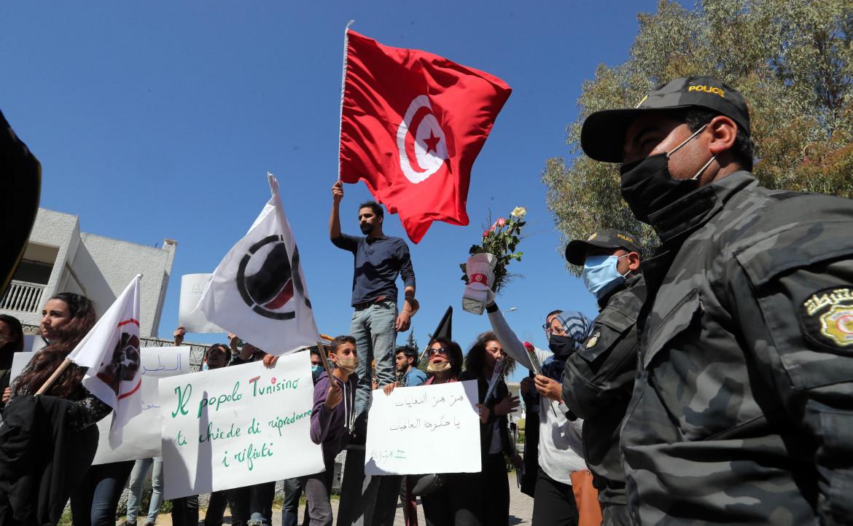 Tunisi, la protesta davanti all'ambasciata italiana