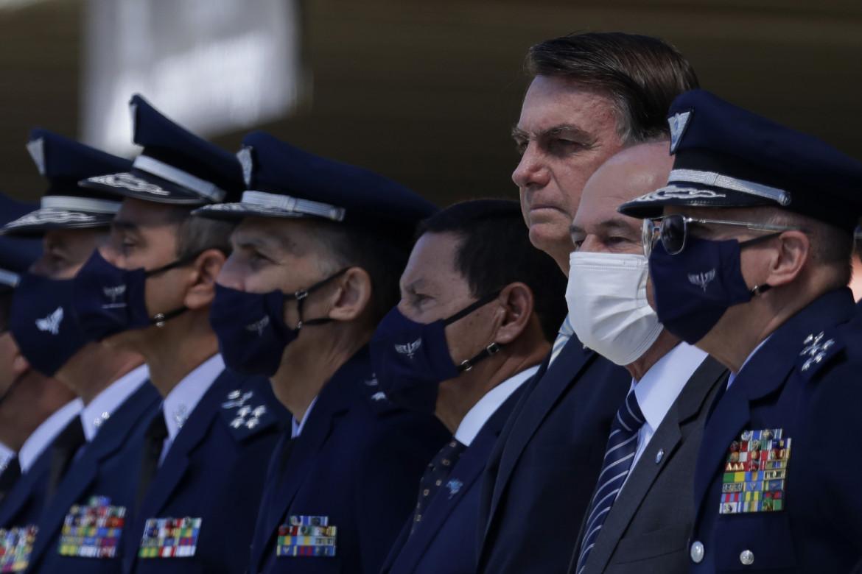 Brasilia, Bolsonaro tra il vicepresidente Mourao e l'allora ministro della Difesa Azevedo