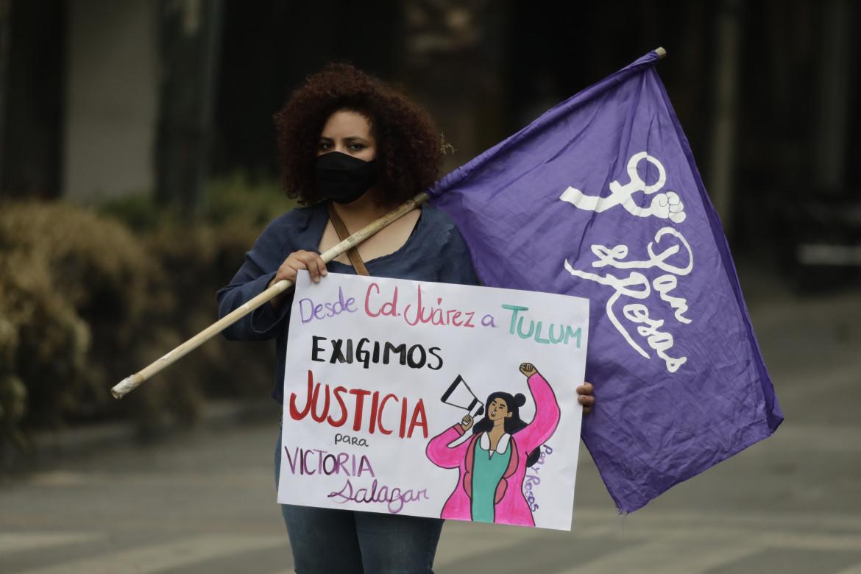 Una protesta per l'omicidio della 36enne salvadoregna Victoria Salazar, uccisa dalla polizia municipale di Tulum