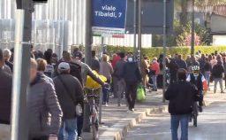 Senza reddito la lunga fila in Italia per il pasto di Pasqua