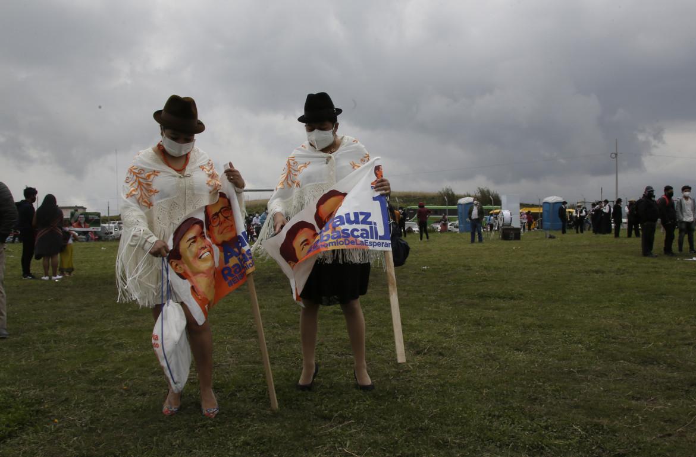 Sostenitori del candidato presidenziale Andres Arauz a Cochapamba, Ecuador, lo scorso 27 marzo