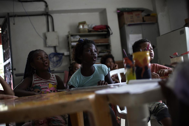 Bambini a lezione in una scuola di Rio