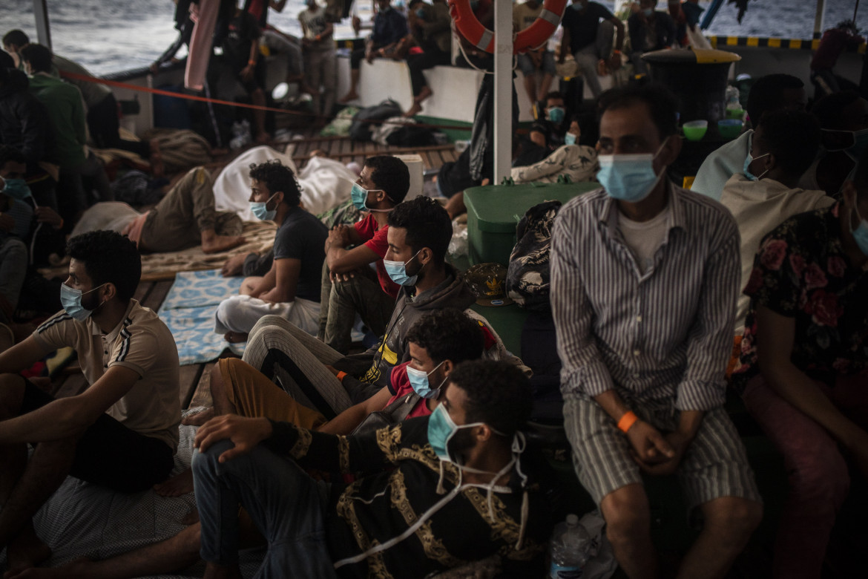 Migranti a bordo della Open Arms dopo un salvataggio in mare