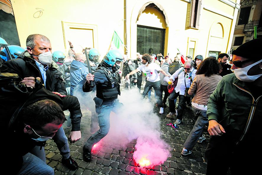 Fumogeni durante il presidio dei ristoratori contro le chiusure alla Camera