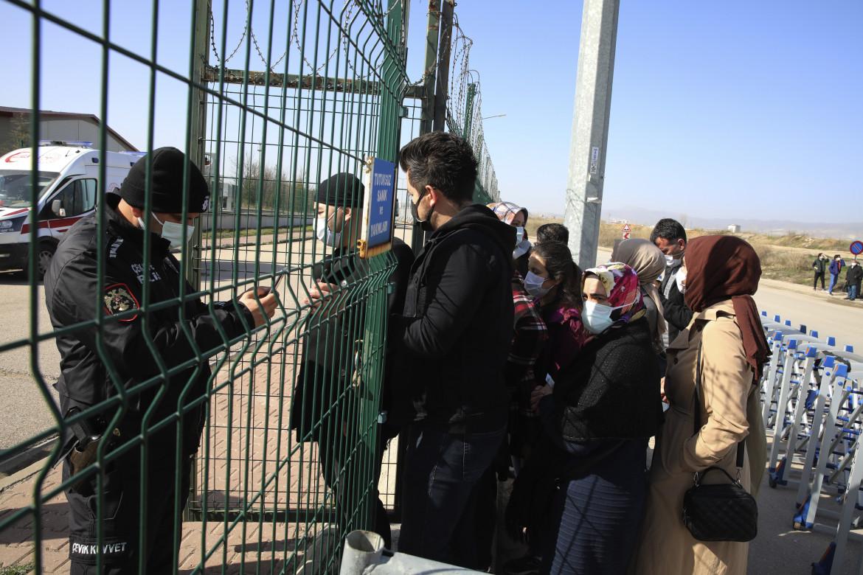 I familiari degli imputati nel maxi processo per il tentato golpe all'ingresso del carcere di Sincan