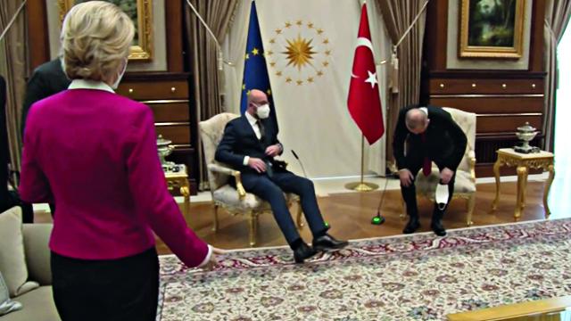 Ursula von der Leyen, in piedi, Recep Tayyip Erdogan e Charles Michel, seduti
