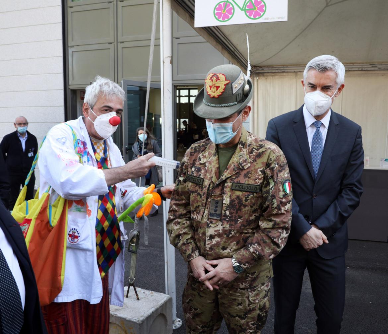Il generale Figliuolo in visita all'hub vaccinale di Bologna