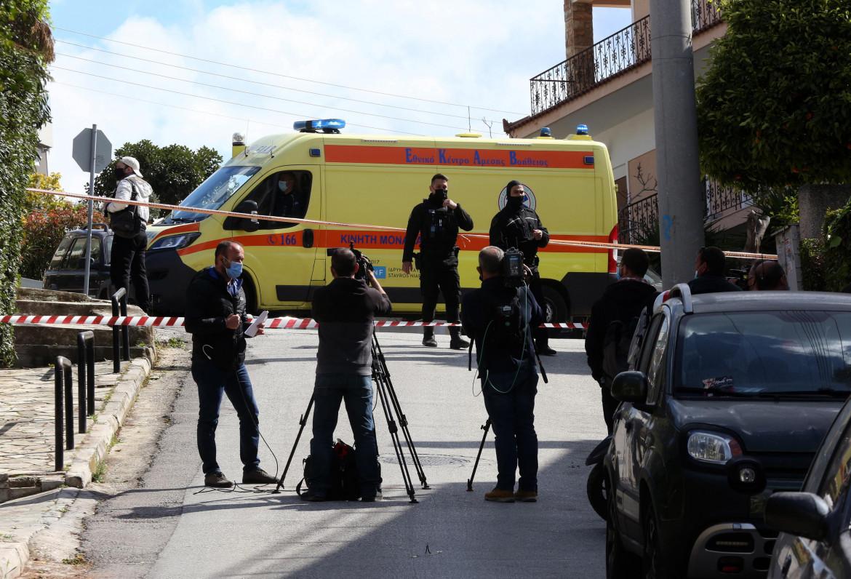 Alimos, polizia e media sul luogo in cui è stato ucciso Giorgos Karaivaz ieri mattina