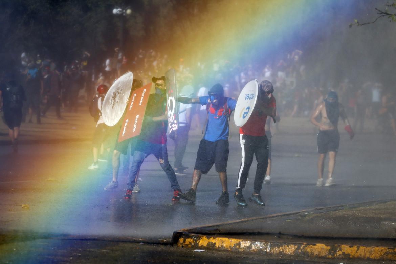 Santiago del Cile, 15 novembre 2019. Cannoni ad acqua contro i manifestanti anti-governativi