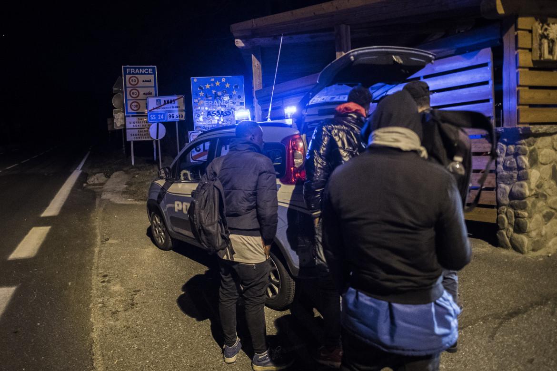 La polizia Italiana al confine di Claviere presidia i respingimenti di migranti della Francia