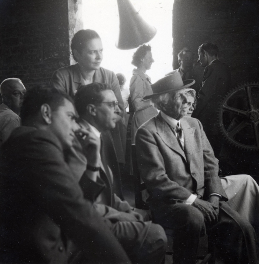 Carlo Ludovico Ragghianti (seduto al centro) con Frank Lloyd Wright a Firenze, Palazzo Strozzi, in occasione della mostra del 1951, Lucca, Fondazione Ragghianti