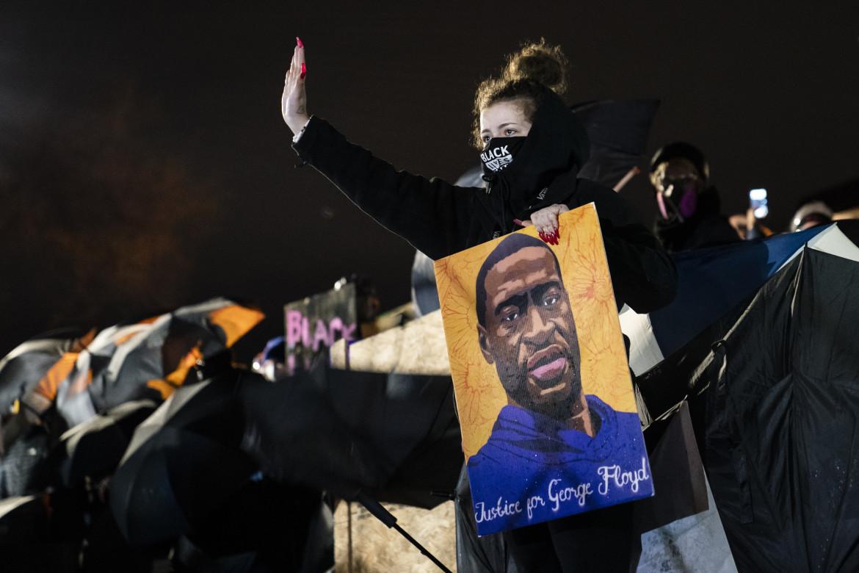 Le proteste dopo l'uccisione di Daunte Wrigth in Minnesota