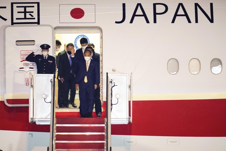 Il premier giapponese Suga al suo arrivo negli Usa