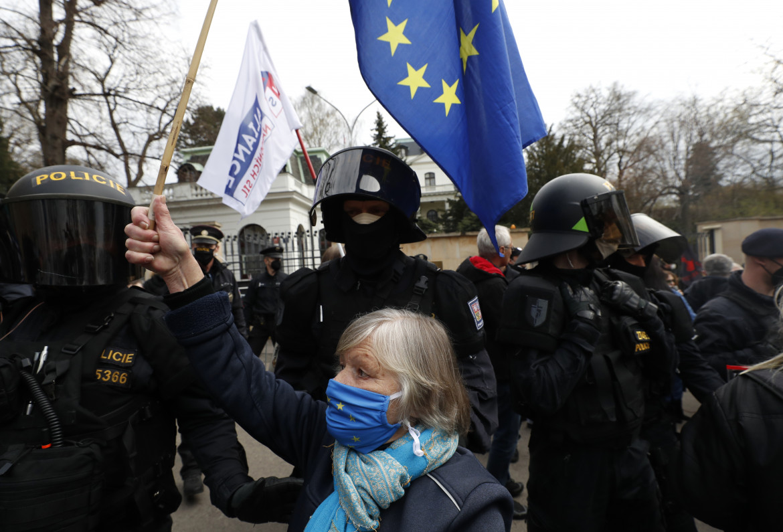 Manifestante davanti all'ambasciata russa a Praga