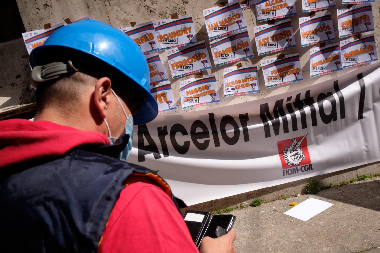 Una manifestazione di lavoratori ex Ilva a Taranto