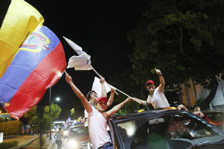 I caroselli dei sostenitori di Guillermo Lasso, dopo la vittoria al secondo turno delle presidenziali