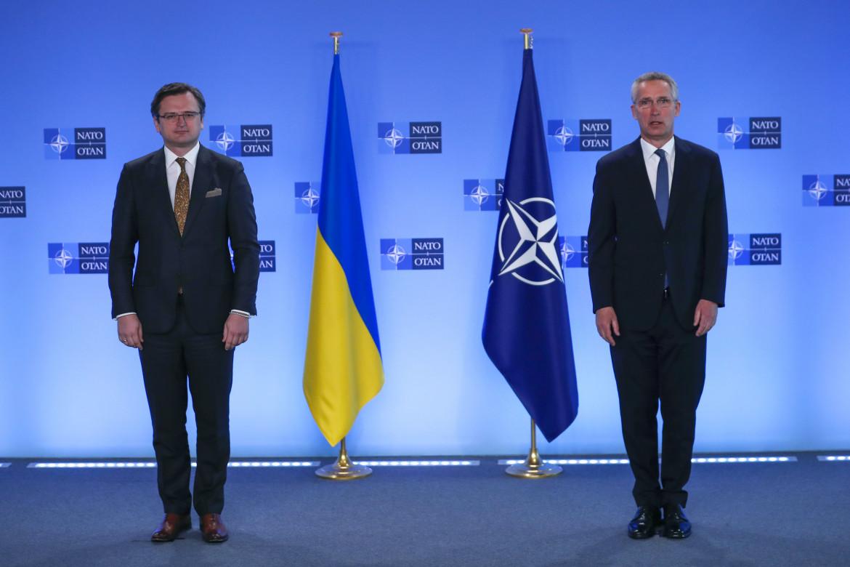 Il ministro degli Esteri ucraino Dmytro Kuleba e il segretario generale Nato, Jens Stoltenberg, ieri a Bruxelles