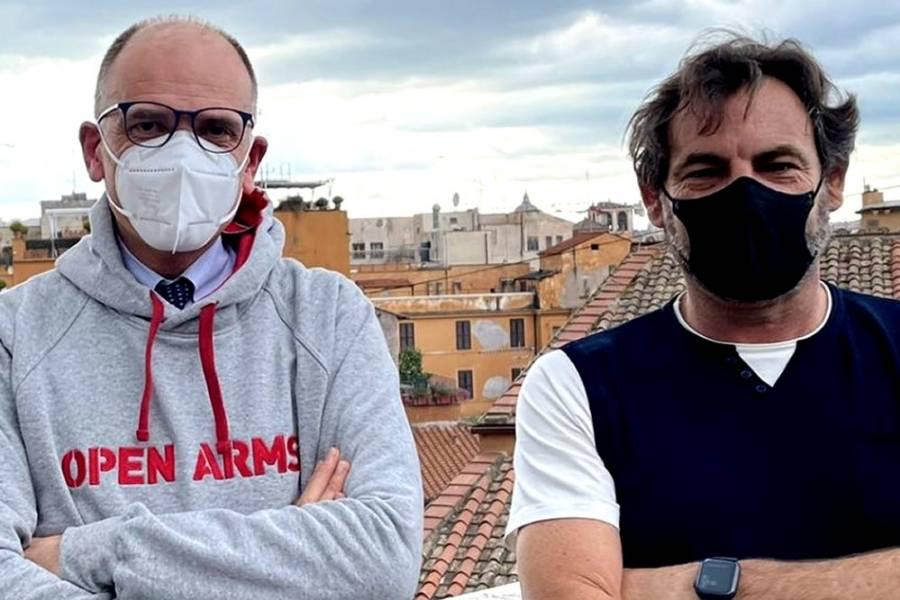Enrico Letta ha diffuso ieri su twitter questa sua foto con Oscar Camps