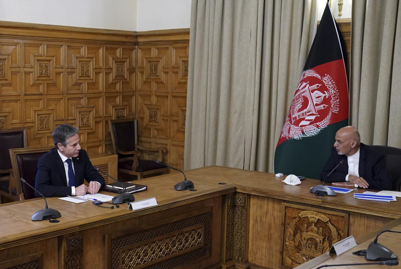 Il segretario di Stato Usa Blinken ieri a Kabul con il presidente afghano Ghani