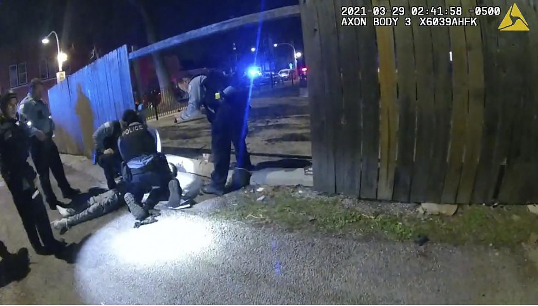 29 marzo 2021, le immagini registrate dalle telecamere della polizia dopo che un agente ha sparato al 13enne Adam Toledo