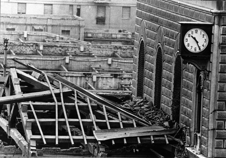 La stazione di Bologna sventrata dalla bomba del 2 agosto 1980