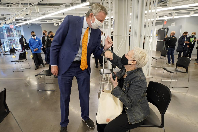 Il sindaco di New York Bill de Blasio nel centro vaccinale di Broadway il giorno dell'inaugurazione
