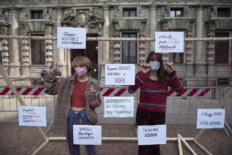 Studentesse a Milano in un flash mob di università e accademia che chiedono una prospettiva sulla riapertura e nuove politiche sociali