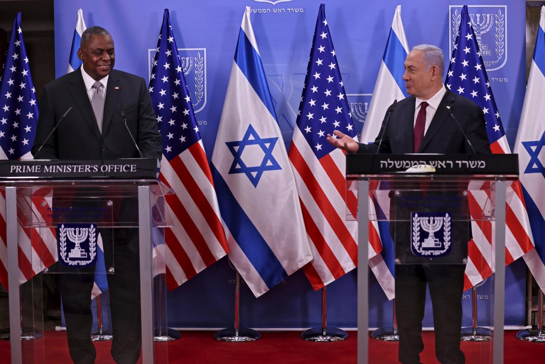 Il premier israeliano Netanyahu con il Segretario alla difesa Usa Austin