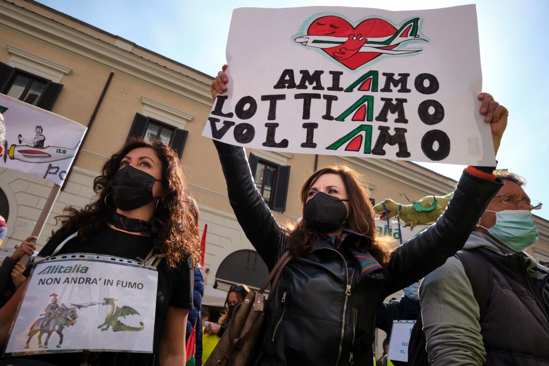 Lavoratrici Alitalia in protesta