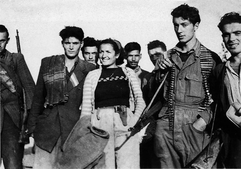 Immagine tratta dal volume «Storia fotografica della Resistenza», a cura di Adolfo Mignemi (Bollati Boringhieri, 2002). Qui sopra Strigara (Forlì), ottobre 1944. Partigiani in partenza per un'azione - foto di Iwm Londra