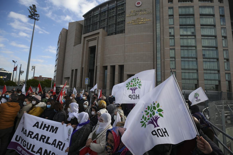 Sostenitori dell'Hdp, lo scorso febbraio, fuori dal tribunale di Istanbul durante uno dei tanti processi a carico dell'ex co-leader Demirtas