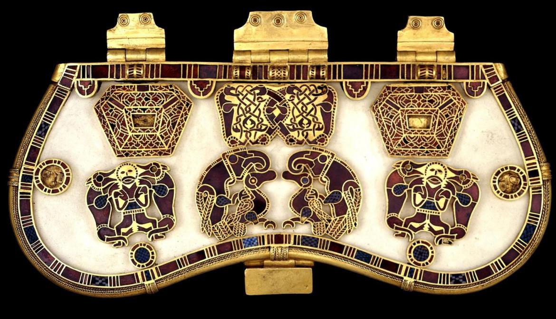 Coperchio decorato di una borsa in cuoio, dal tesoro ritrovato su una nave funeraria nel cimitero di Sutton Hoo (Suffolk, Regno Unito), VII sec. a.C. ca., Londra, British Museum