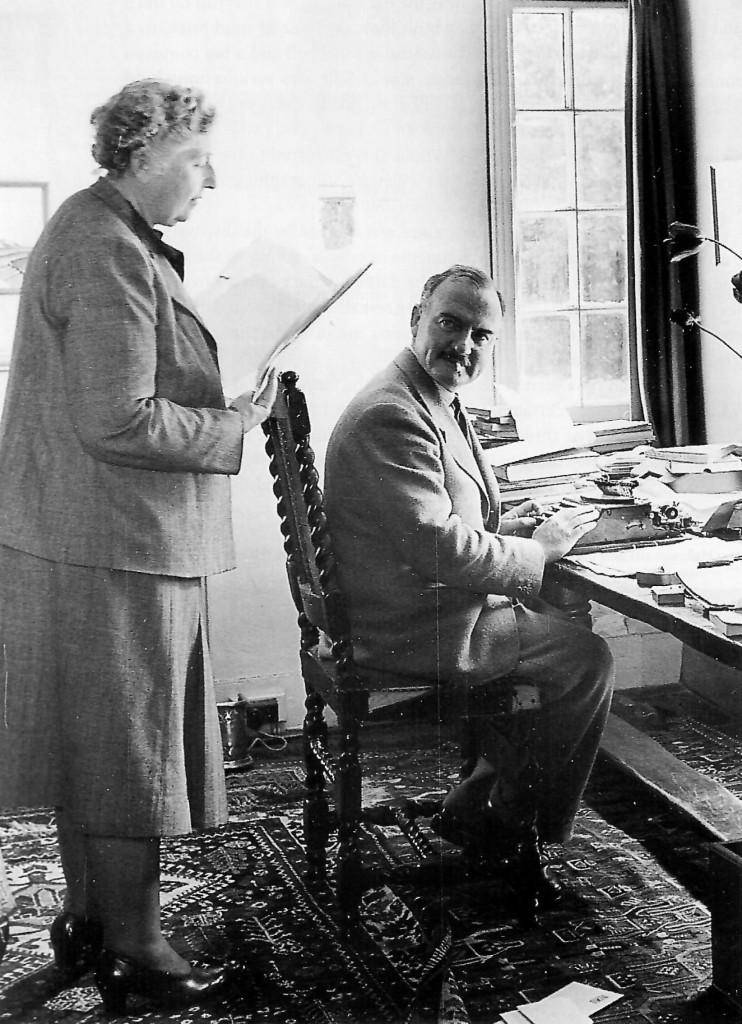 L'archeologo Max Mallowan e Agatha Christie nella loro casa  in Inghilterra, nel 1950