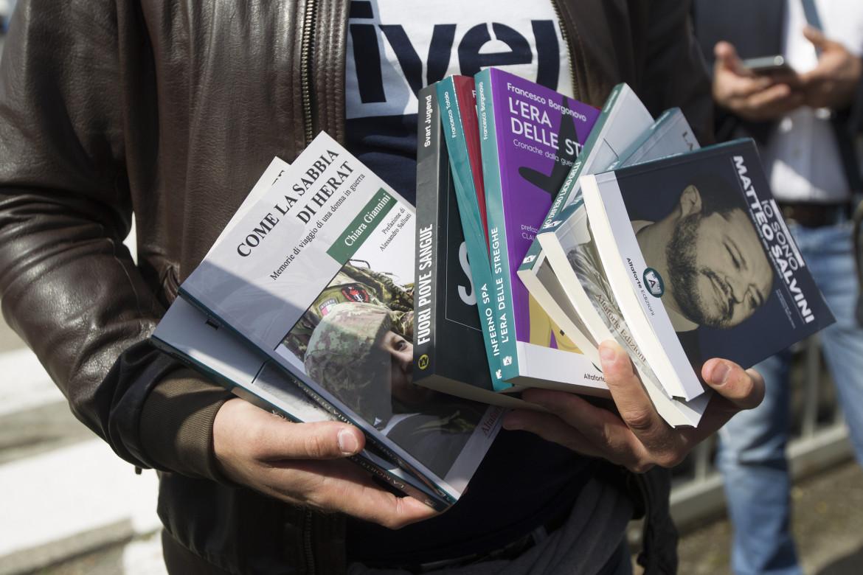 I libri di Altaforte in mano a Polacchi