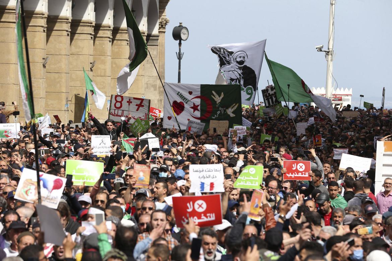 Algeri, il corteo del 9 aprile 2021