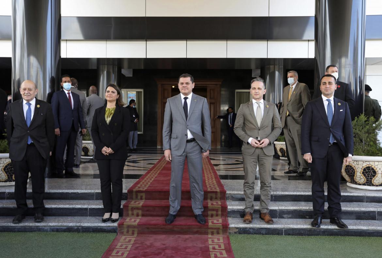 Da sinistra, i ministri degli Esteri di Francia (Jean-Yves Le Drian) e Libia (Najla el-Mangoush), il premier libico  Abdulhamid Dabaiba, i ministri degli Esteri di Germania (Heiko Maas) e Italia (Luigi Di Maio), a Tripoli il 25 marzo 2021