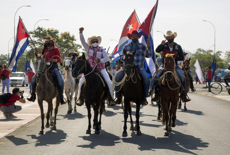 Santa Clara, Cuba, 25 aprile 2021, una protesta a cavallo contro l'embargo Usa