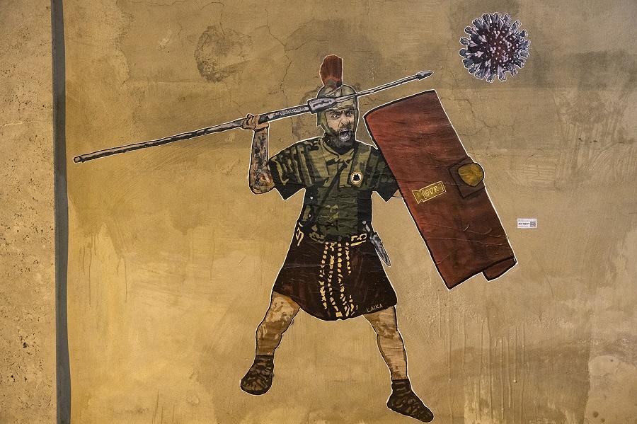 Il poster su De Rossi affisso a Roma dalla street artist Laika per la lotta contro il Covid-19