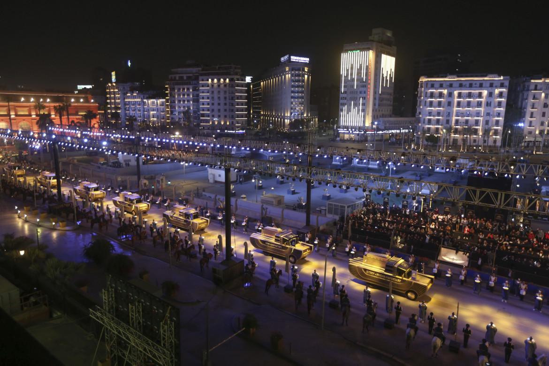 Il convoglio su quattro ruote a mo' di carri egizi che ieri hanno trasportato i 22 sarcofagi da piazza Tahrir ad al-Fustat