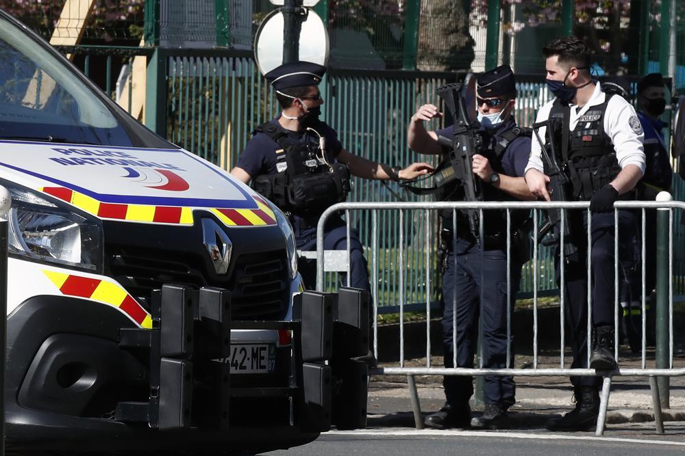 Agenti presidiano l'ingresso della stazione di polizia di Rambouillet dopo l'uccisione di una collega