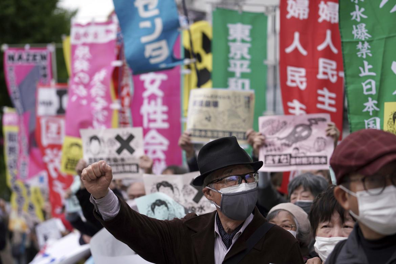 Tokyo, la protesta contro la decisione presa dal governo di fronte all'ufficio del primo ministro Yoshihide Suga