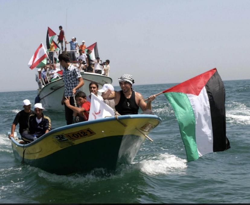Vittorio a bordo di una barca dei pescatori di Gaza